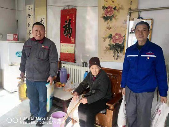 节前送温暖 真情暖人心 —鲁中水泥党支部走访慰问南韩村高龄老人35